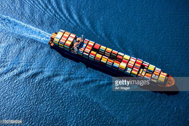 海のコンテナ船 - 貨物船 ストックフォトと画像