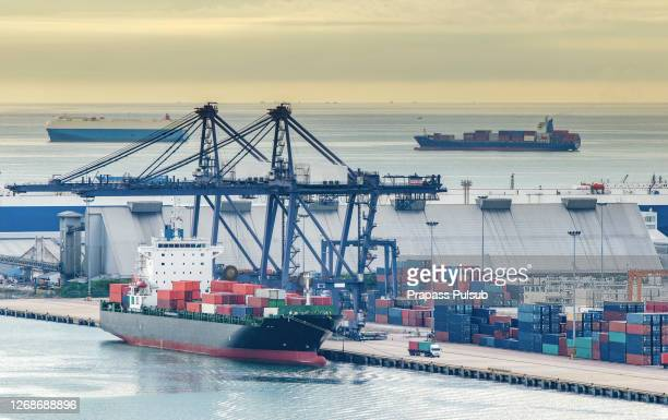 container ship berthing port - tariff stock pictures, royalty-free photos & images
