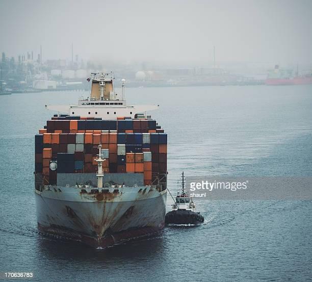 コンテナー船でハーバー