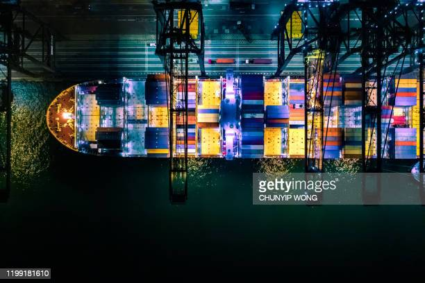 container fartyg i import export och business logistic, internationell transport, affärslogistik koncept, night view, hong kong - pir bildbanksfoton och bilder