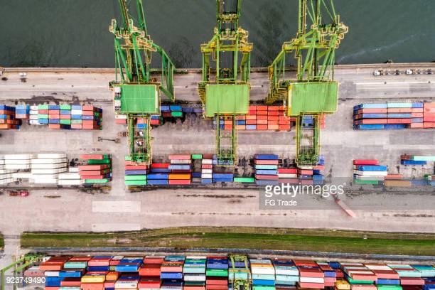 navio porta-contentores em importação exportação e logística empresarial - porto comercial - fotografias e filmes do acervo