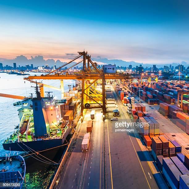 Cargo dans le port en Asie,