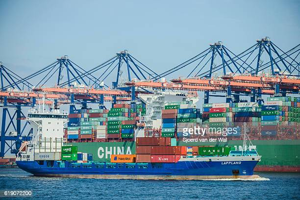 """container ship loaded with shipping containers in port - """"sjoerd van der wal"""" photos et images de collection"""