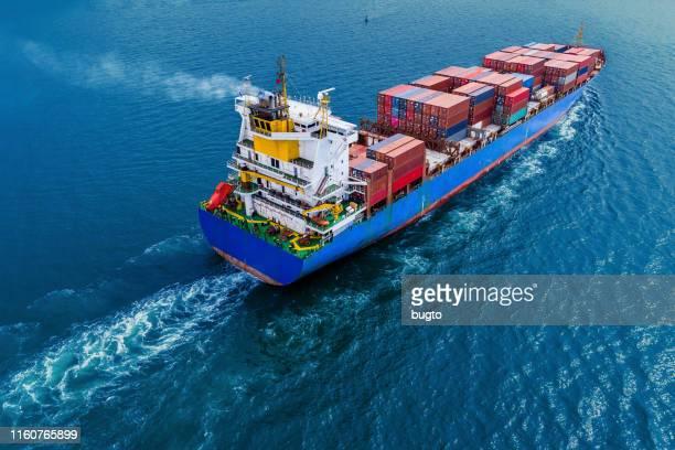 container ship moving - frachtschiff stock-fotos und bilder