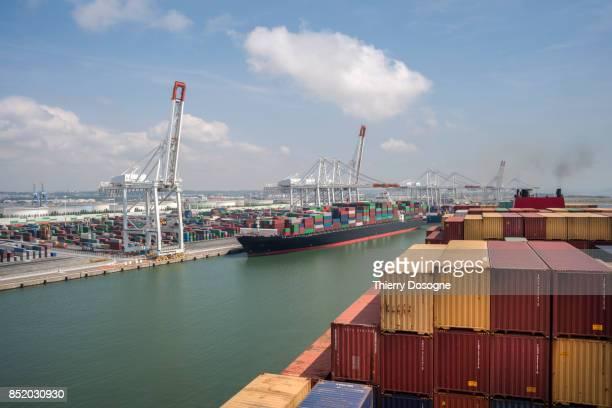 container ship - port photos et images de collection