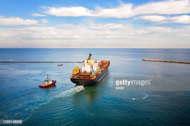 container ship vessel cargo carrier in transit. - persian gulf countries stock pictures, royalty-free photos & images