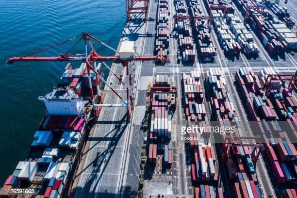 コンテナー船は、港で負荷の読み込みとアンロードに要求しています。 - 積荷を降ろす ストックフォトと画像