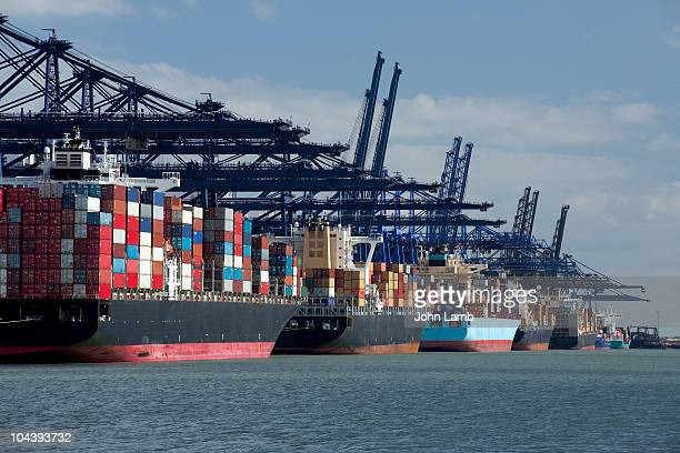 container ships at dock - darsena foto e immagini stock