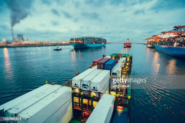 container ships at dusk - rotterdam photos et images de collection