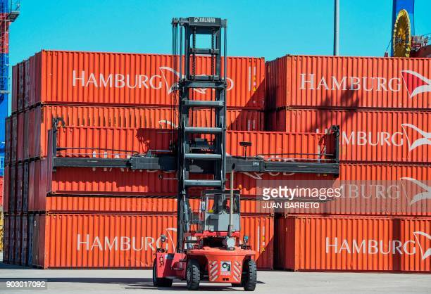 Containers are piled up at the main port of 'La Guaira' in Caracas on January 9 2018 / AFP PHOTO / JUAN BARRETO