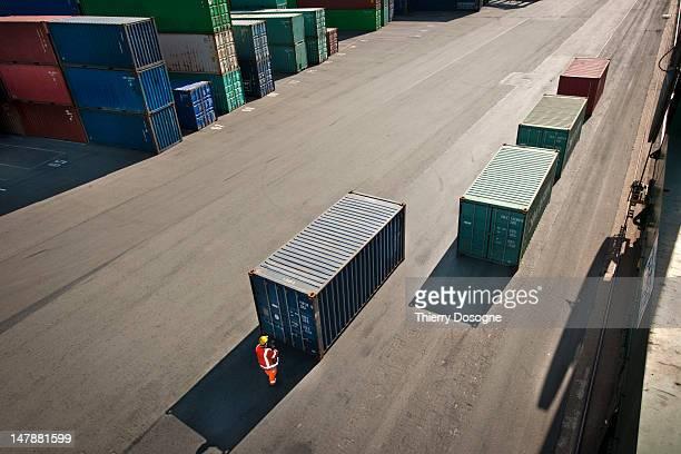 containers on dock - フランダース ストックフォトと画像