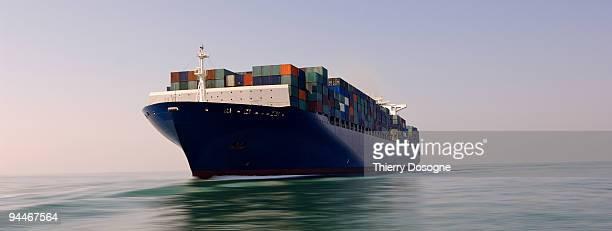 containers ship - frachtschiff stock-fotos und bilder