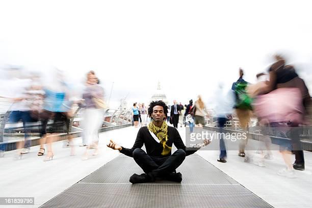 Contemplazione: Un attimo di calma e meditazione in una rapida mondo