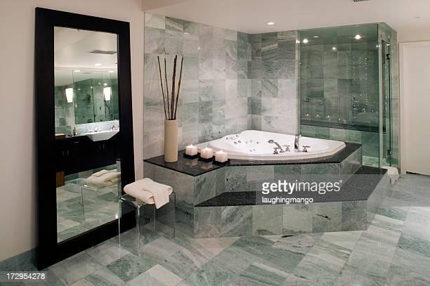 Moderne Badewanne im Badezimmer
