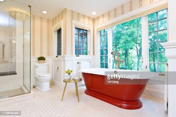 独立した鉄のバスタブが付いている現代的な浴室の設計 - 古典様式 ストックフォトと画像