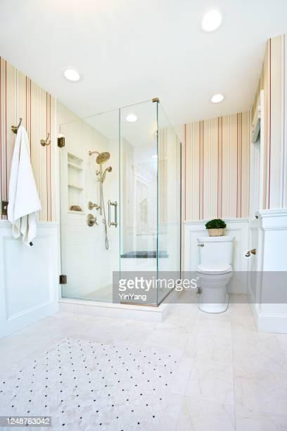 トイレとガラスのシャワーストールを備えた現代的なバスルームデザイン - 古典様式 ストックフォトと画像