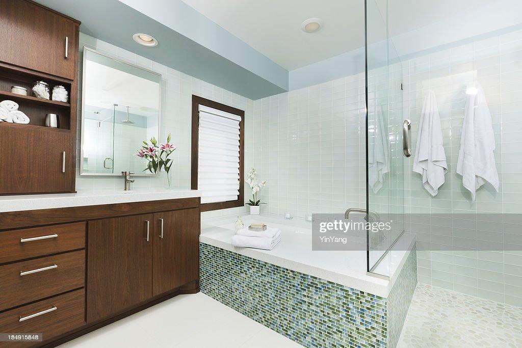 Modernes Ambiente, Badezimmer Mit Dusche, Badewanne Und Doppelwaschbecken :  Stock Foto