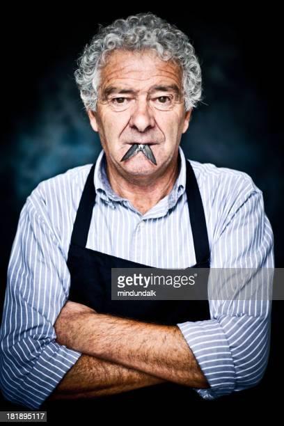 Hombre italiana contemporánea con un pez en la boca