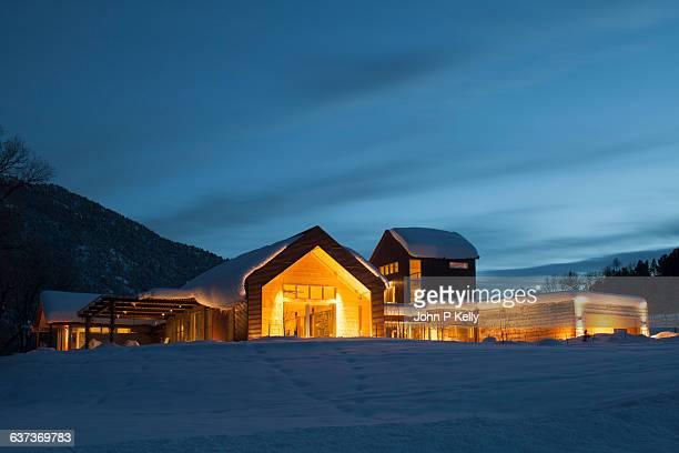 contemporary western ranch home at dusk - casa estilo rancho fotografías e imágenes de stock