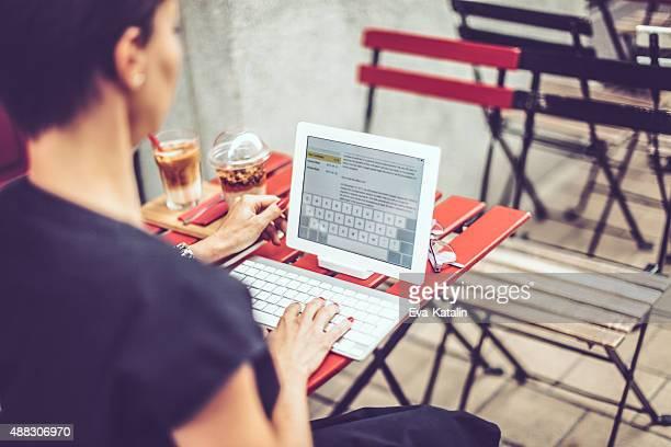 Conteúdo Mulher de Negócios, tendo o pequeno-almoço no café