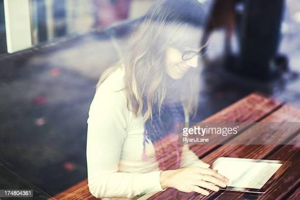 Inhalt Frau mit Tablet PC im Café