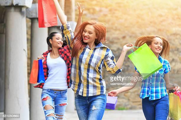 Inhalt junge Frau glücklich über Ihren neuen Einkäufe