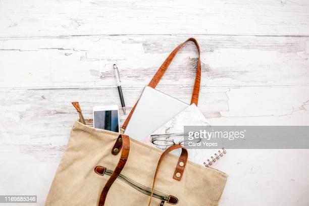 contents of woman bag 2 - handtasche stock-fotos und bilder
