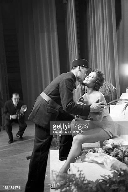 Contest Miss France 1955 1955 Fontainebleau la soirée du concours Miss France et la gagnante Véronique ZUBERLors de la soirée un policier vient...