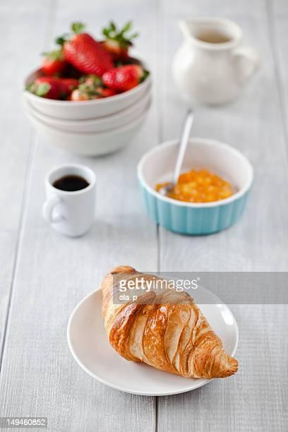 Prima colazione continentale, con caffè e croissant