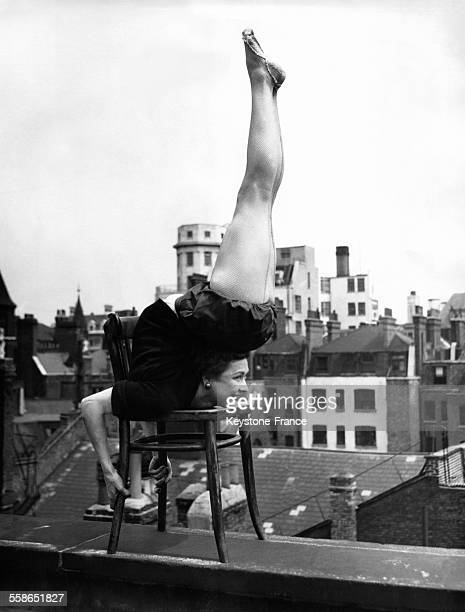Contortionniste faisant son numéro sur le toit de l'Adelphi Theatre à Londres RoyaumeUni le 27 mai 1954