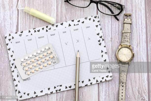 contraceptive pills background and fertil calendar - monat stock-fotos und bilder