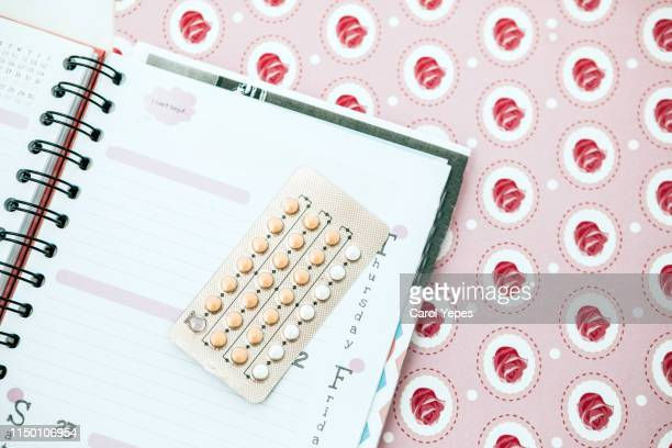 contraceptive pills , calendar - questão da mulher imagens e fotografias de stock