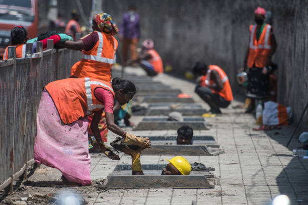 IND: Contract Labourers Cleaning A Drainage Line Before The Beginning Of Monsoon In Mumbai