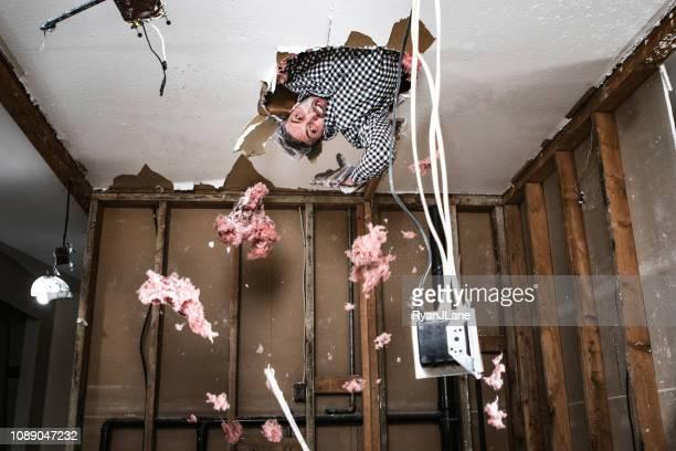 aannemer man doen home improvement- en sloopafval - vernieling stockfoto's en -beelden