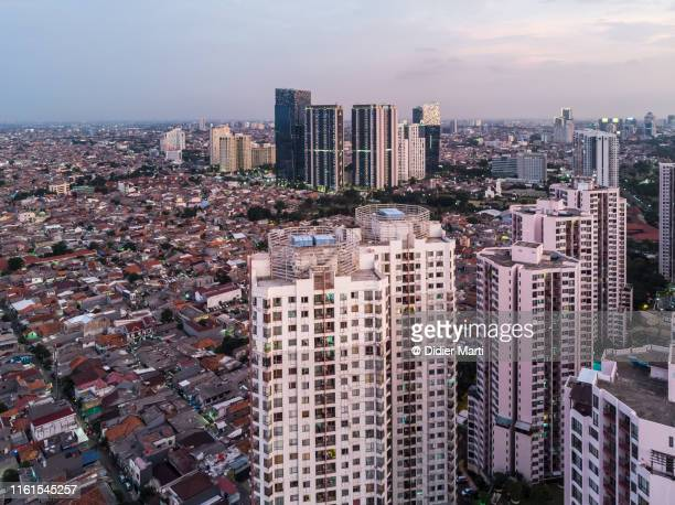 contrasts in residential districts in jakarta, indonesia - jakarta foto e immagini stock