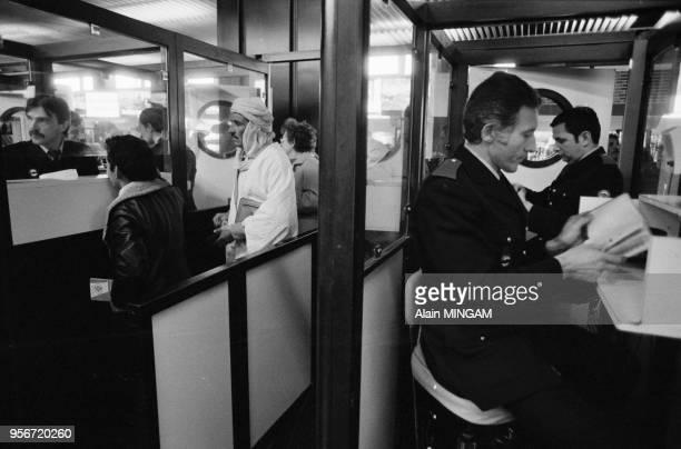 Contrôle des passagers venant des pays du Maghreb par la police de l'air et la douane à l'aéroport de Marseille-Marignane en janvier 1983, France.