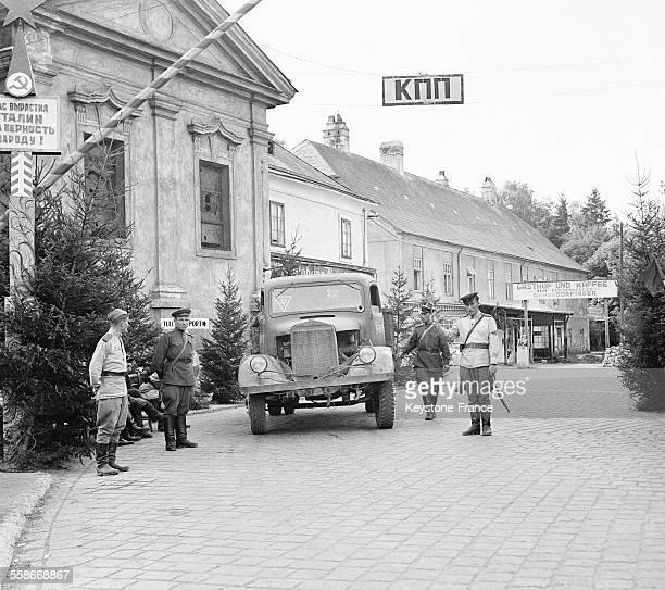 Contrôle des permis de circuler par des soldats russes à Vienne Autriche circa 1940