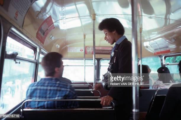 Contrôleuse dans un autobus londonien juillet 1981 à Londres RoyaumeUni