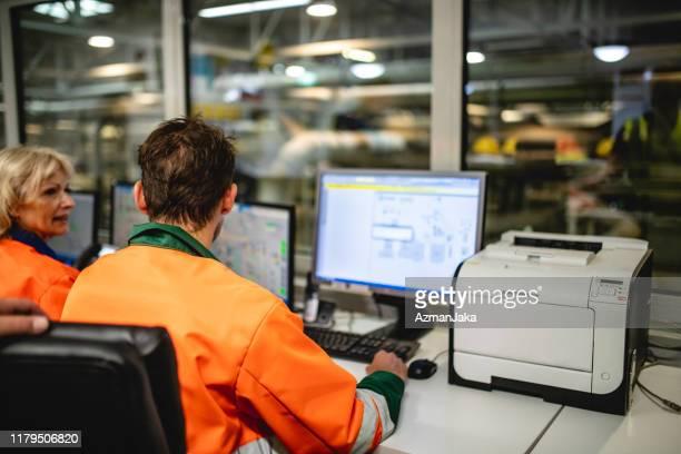 travailleurs de salle de contrôle à l'installation de gestion des déchets - engagement des employés photos et images de collection