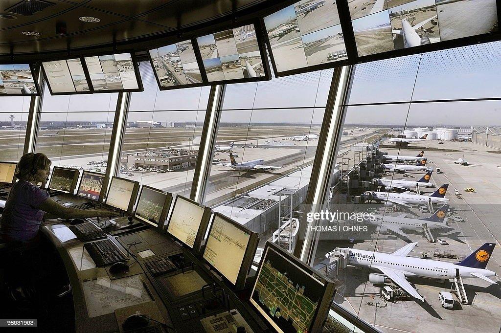 A control tower operator supervises star : Nieuwsfoto's
