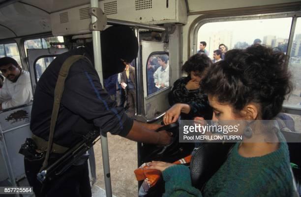 Controle dans un bus effectue par un Ninja l'unite antiterroriste de la police algerienne le 28 octobre 1993 a Alger Algerie