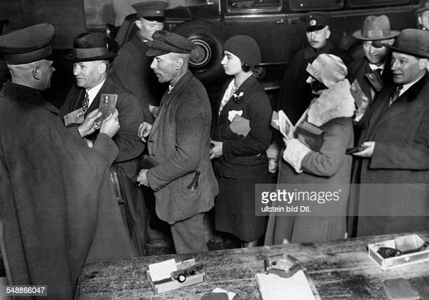 Controll of passports at the frontiers between Beuthen and Koenigsshuette people waiting in a queue 1930 Vintage property of ullstein bild