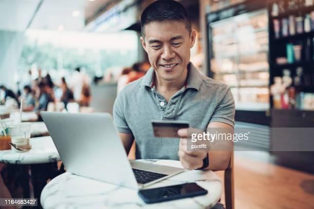 handige onlineshopping - china oost azië stockfoto's en -beelden