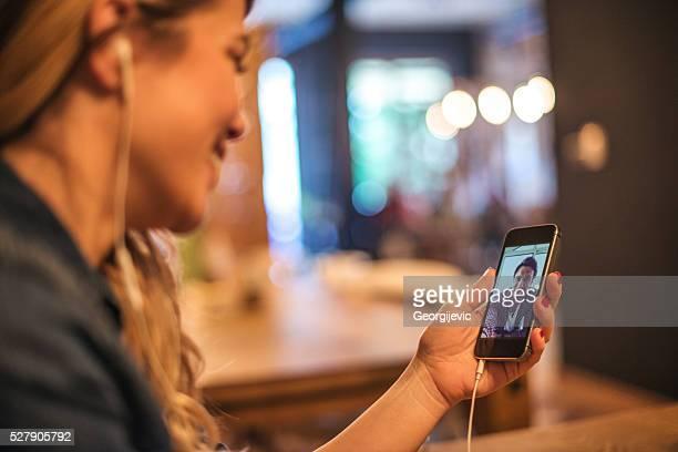 conversating mit freund - video call stock-fotos und bilder