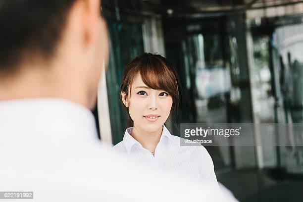 ビジネスパートナー同士の会話 - 向かい合わせ ストックフォトと画像