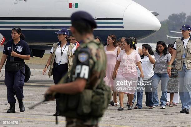 Convictas guatemaltecas llegan a la Fuerza Aerea Guatemalteca al sur de Ciudad de Guatemala provenientes de Mexico el 21 de abril de 2006 Nueve...