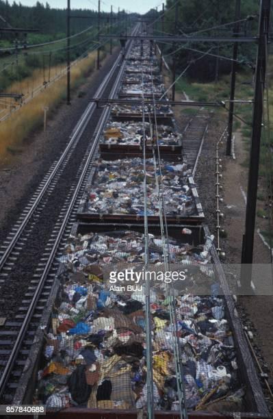 Convoi de dechets arrivant a la plus grande decharge d'Europe a ciel ouvert a Entressen, quartier de la ville d'Istres le 10 juin 1992 a Istres,...