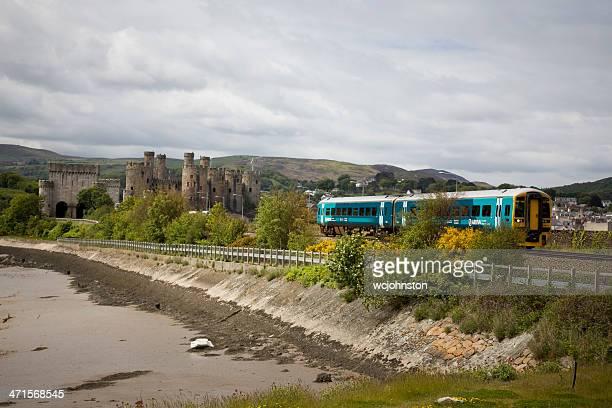 château de conwy: arrivée les trains du pays de galles en passant par la campagne galloise - pays de galles photos et images de collection