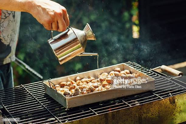 Cook dressing snails on the barbecue