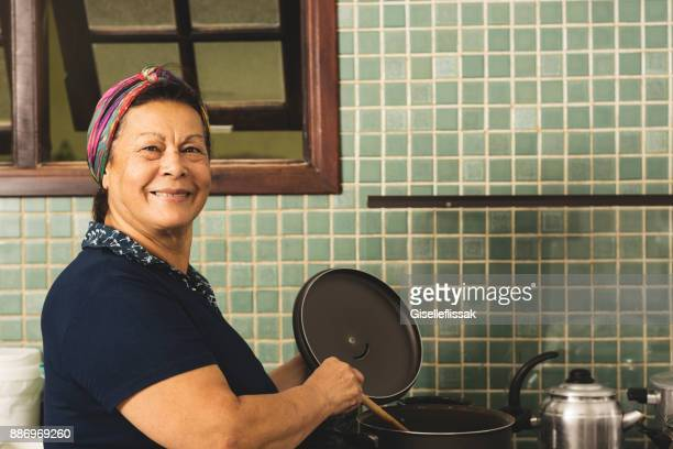 cook in the kitchen - stay at home mother stock pictures, royalty-free photos & images